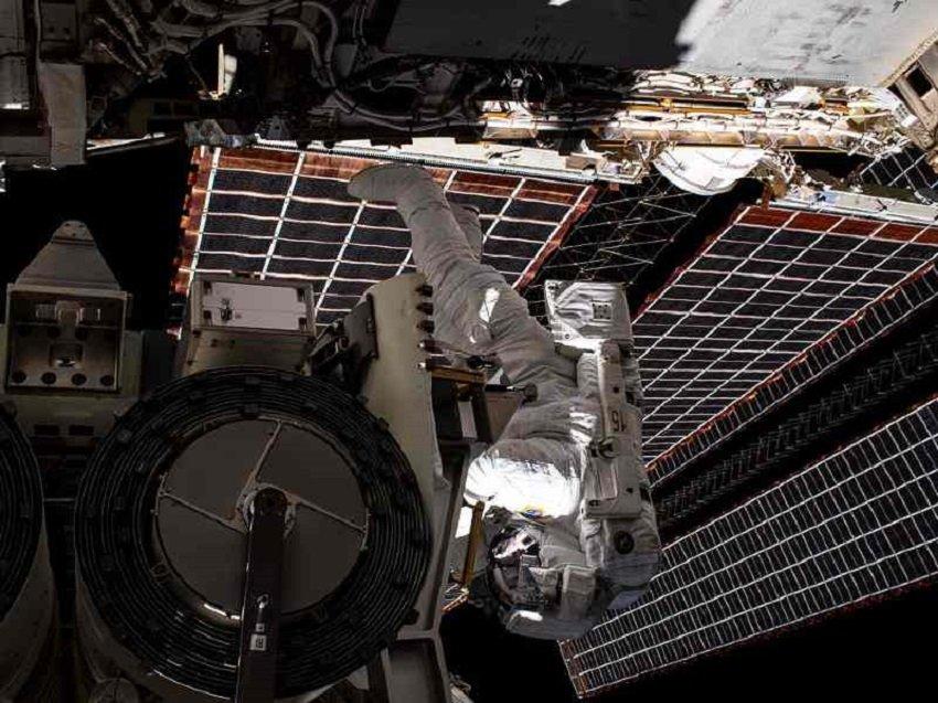 Avaruusasemalle uusia aurinkopaneeleita